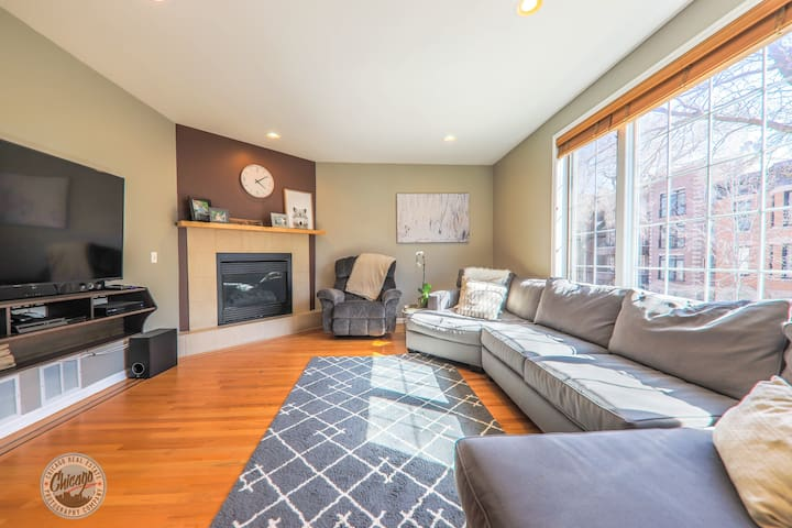 Spacious, Clean Condo Steps From Wrigley Field!