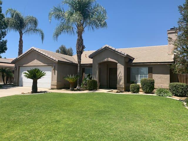 Amazing Bakersfield Home W/Great Backyard! Slps 10