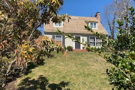 Sag Harbor / Redwood charming cottage