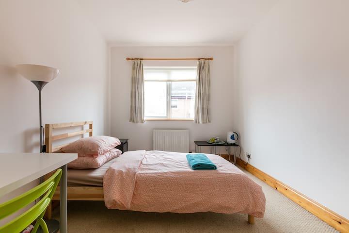 XL Bedroom, Quiet, Free Parking, Certified, Nomads