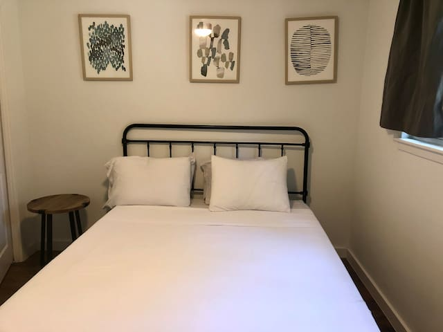 Beautiful Bedroom near Downtown
