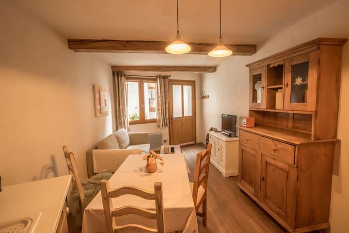 Petite maison de village, calme et bien équipée