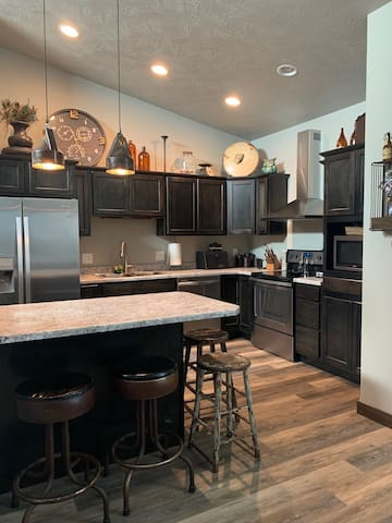 Modern/Funky Town home- 85th & Louise