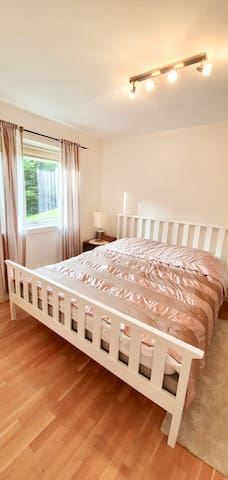 Cozy room with king bed & private ensuite bathroom