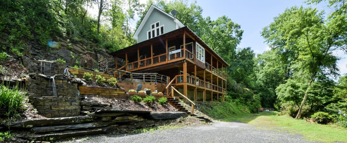 The Toccoa River Front Cabin