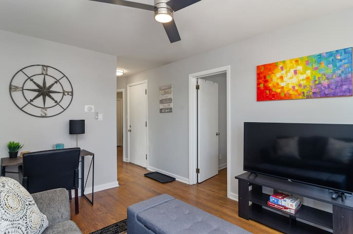 Perfect 2 Bedroom in Wrigley, steps to the stadium