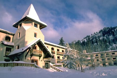 Walk to Squaw Valley Ski Resort-1BR suite!