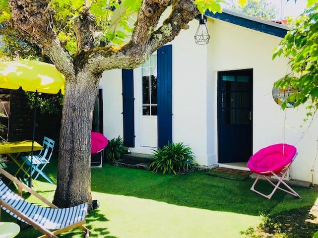 300 M plage petite maison bleue pour 2 à 4 pers
