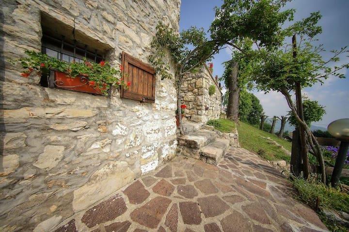 Adrara San Martino的民宿