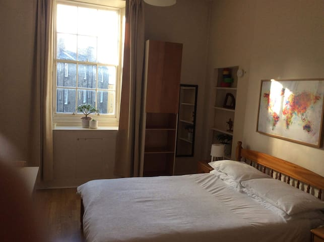 LARGE DOUBLE BEDROOM IN EDINBURGH OLD TOWN