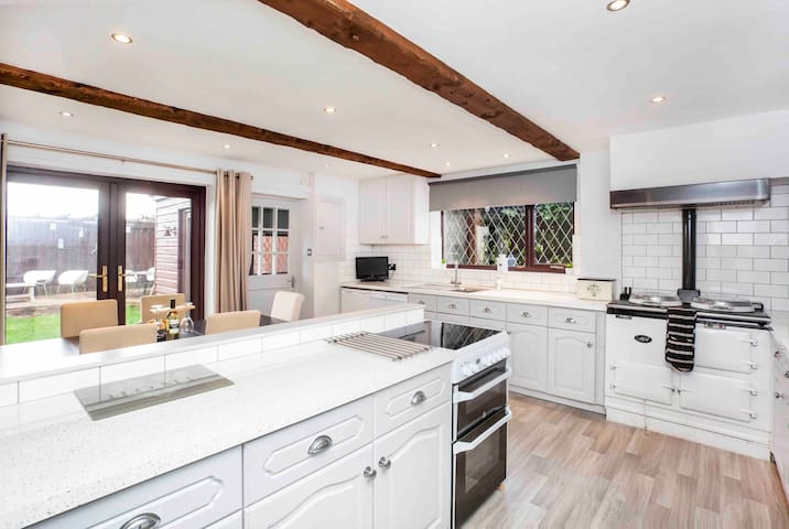 Stylish country cottage near York with pool table.