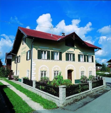 Saint Georgen im Attergau的民宿