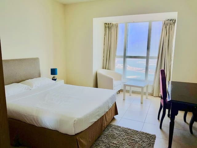 Pvt room with full SEA views of palm in lux Apt