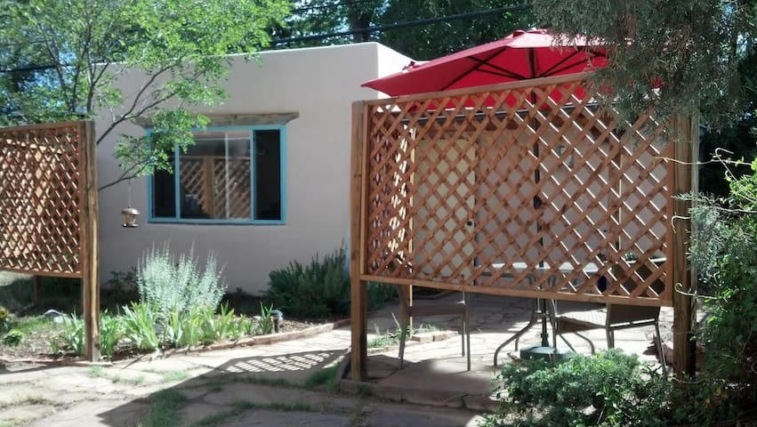 Cozy cottage in central Santa Fe