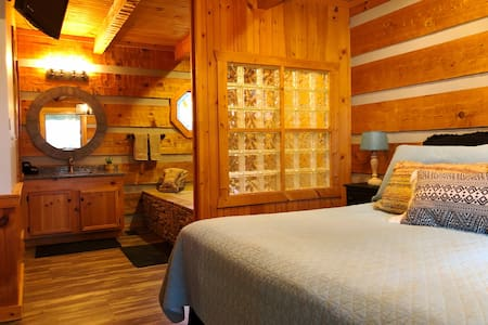 Chic, Comfy Cabin *Fireplace*Hot Tub*Grill*Jacuzzi