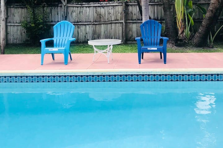 Tranquil Poolside Retreat close to Beach & Dining
