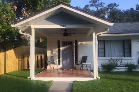 Cozy Cottage L-Steps to Riverwalk/Close to Beaches