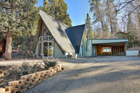 Big Bear Cabin with spa walking distance to slopes