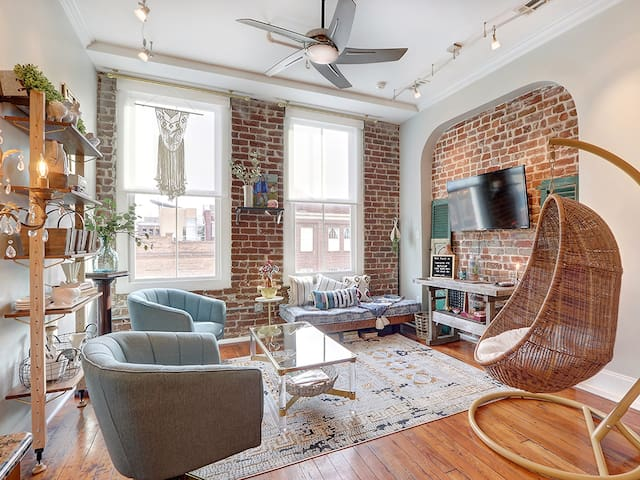 Amazing Loft Right in the Heart of Downtown! Walk Out Directly to the Action!!