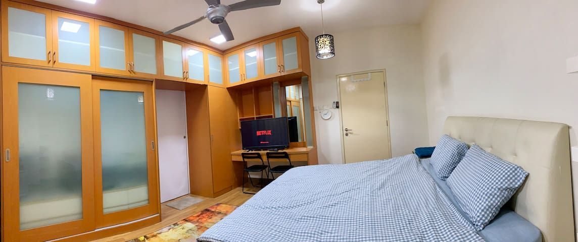 Spacious Master room private bath beside MRT TTDI