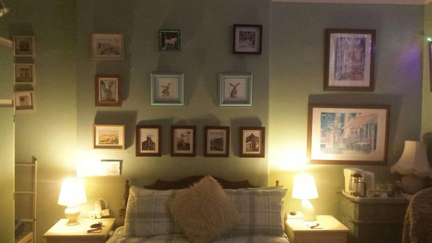 Sunny XL double room in Birkenhead. With Breakfast