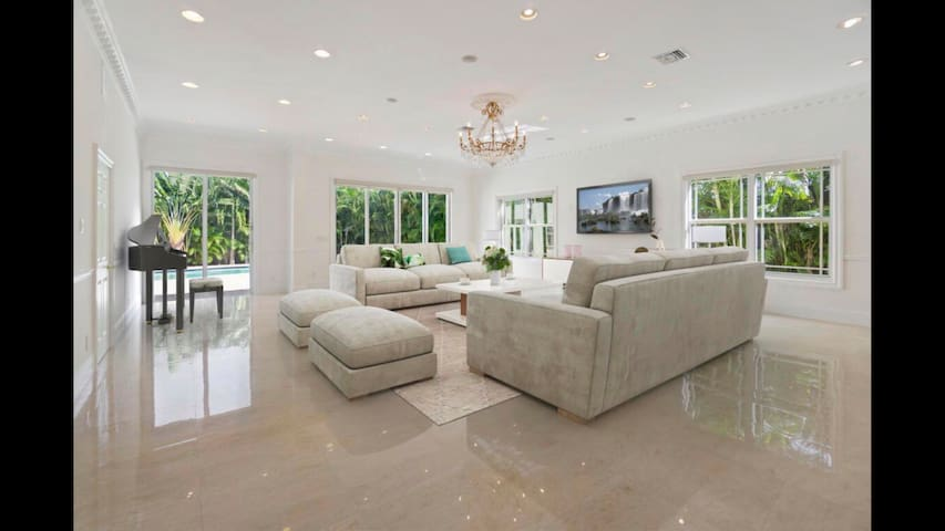 Luxury and elegance(private pool and spa)beach 1mi