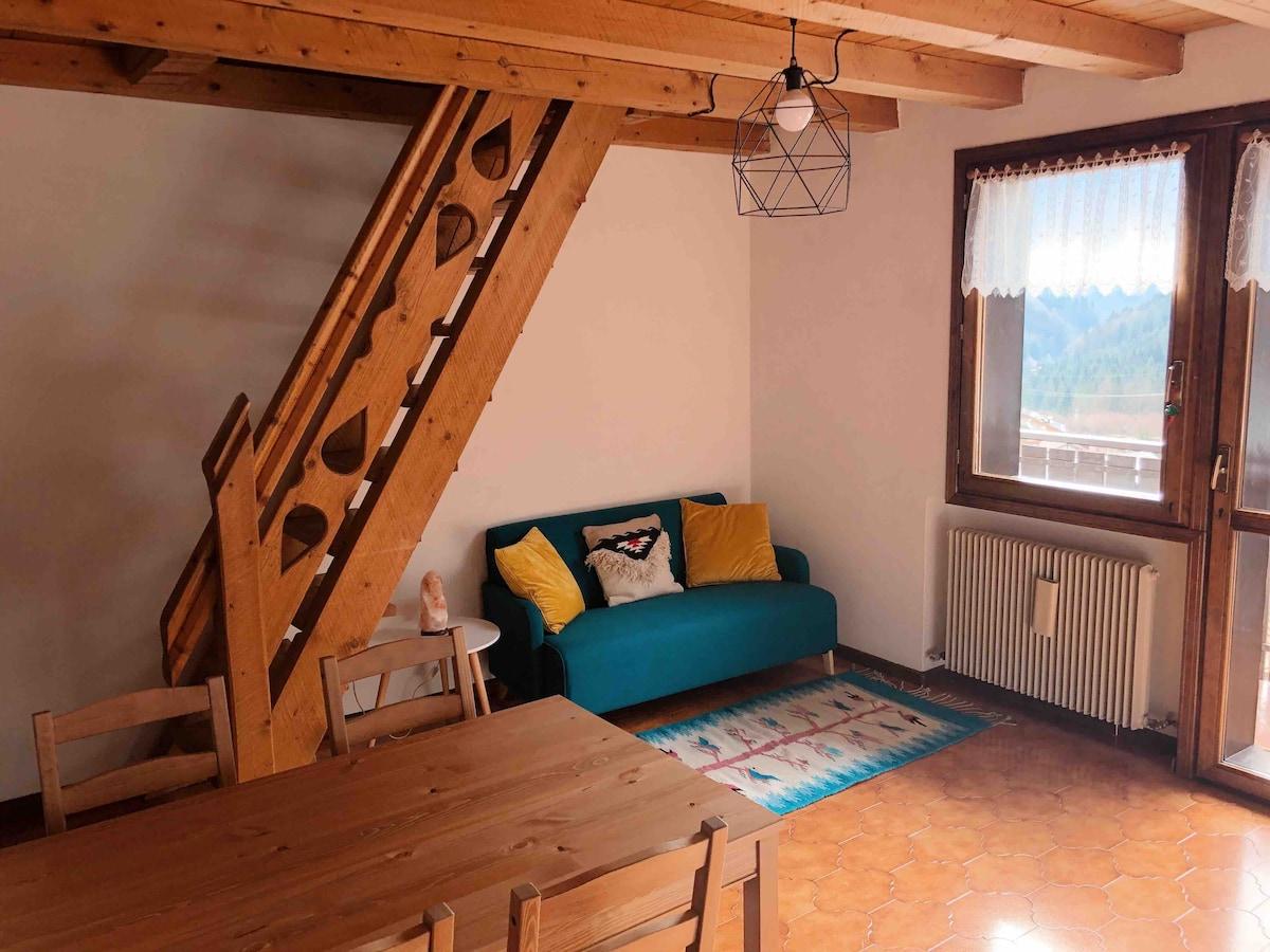 Monolocale con soppalco in legno sulle Dolomiti
