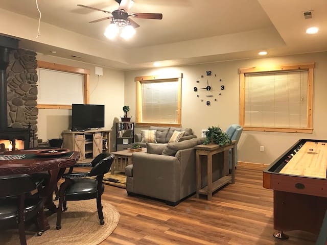 Charming Cabin at the Y Spacious Family/Game Room