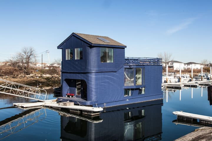 Ziggy Stardust Surf House - A Beautiful Houseboat