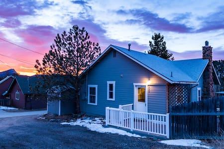 Gorgeous, Cozy Mountain Home Near Downtown Estes