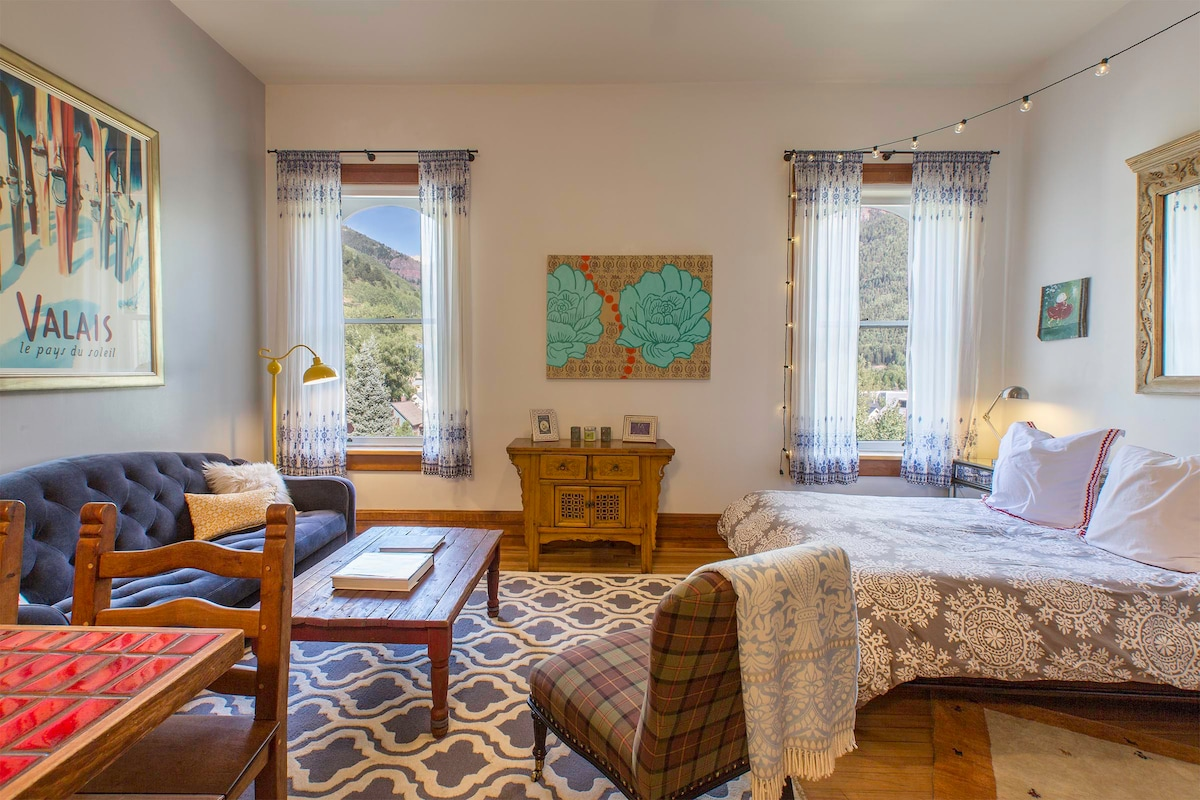 View-tiful and Bright Historic Telluride Studio