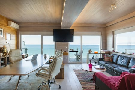 Waterfront Flat with 180° Sea View