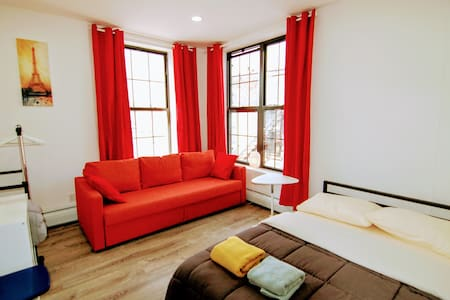 Bright and stylish bedroom 20min from Times Square