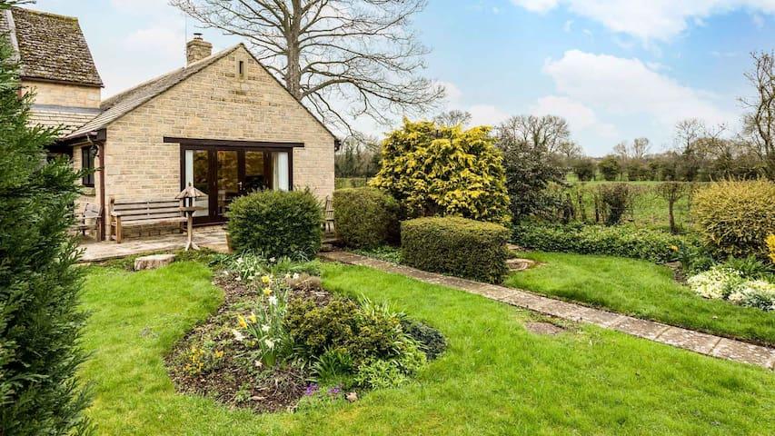 Modern Single Story Village Home Near Lechlade