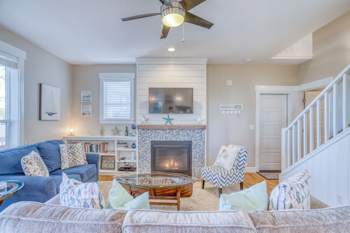Hot Tub, Privacy, Luxury and the Sounds of Surf in Central Lincoln City!