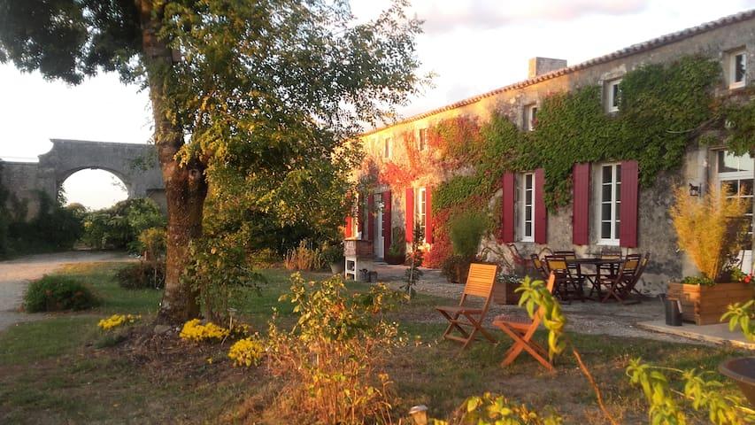 Logis de Bois Roche ( bâtisse face à la Gironde)
