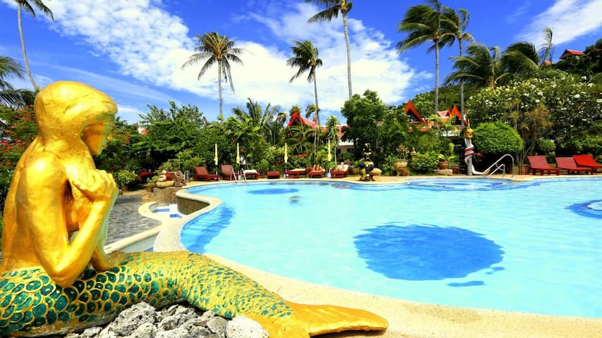 Magical Beachfront 2 Bedroom, Kitchen + Large Pool