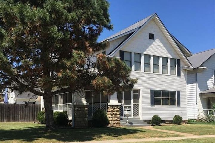 Beautiful 4.5 BR / 4 Ba home with 2 car garage