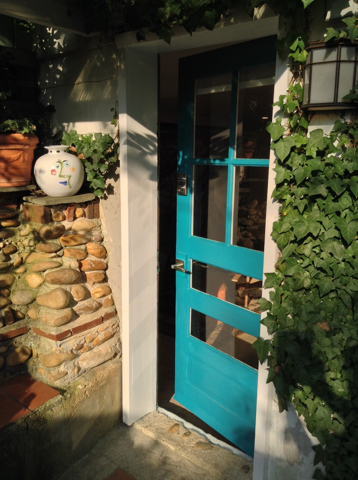 Eye-popping private studio guesthouse w/ patio.