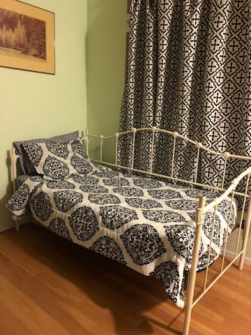 Cozy Twin Bd in SR shared Living Rm