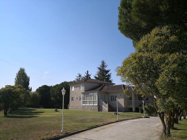 Casa  campo  piscina y frutales a 10' de Salamanca