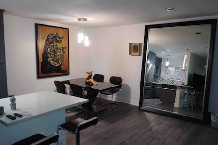 Spaciousmodern apt in WEHO with parking andbalcony