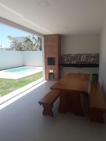 Casa novinha com piscina próximo à praia.