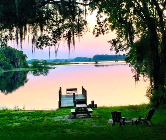 Old Florida Lakeside Retreat - Relax- Work- Play!
