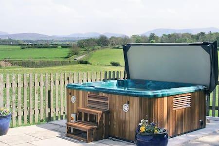 Modern Welsh Cottage+hot tub+seaside 2min drive.