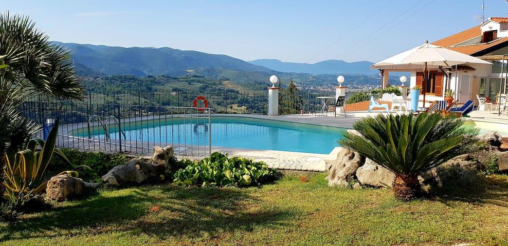 BILOCALE panoramico con piscina
