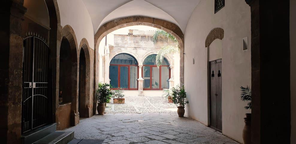 HISTORIC CITY CENTER - L'antro di Cariddi