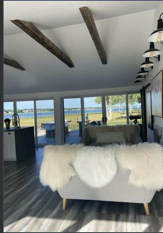 "Cozy Romantic waterfront cottage ""The Dream"""