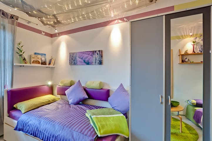 *TOP EQUIPPED ROOM + PRIVATE BATH in lovely flat*