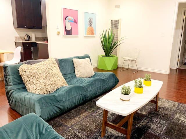 Beverly Hills Apartment near Ghetty Museum & 405